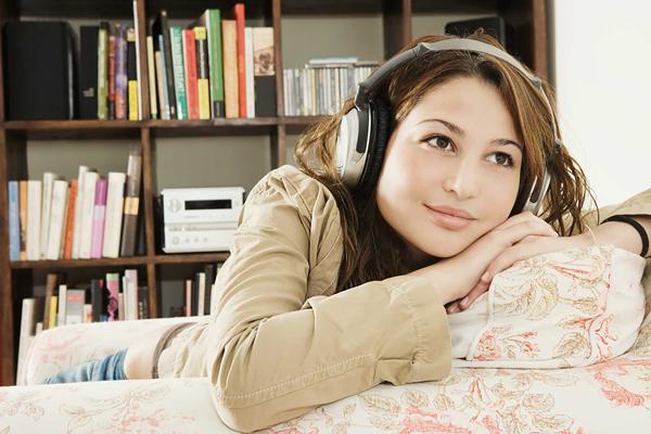 Chica escuchando audiolibro de literaudio